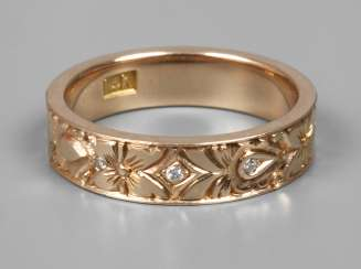 Lady's ring with diamond trimming