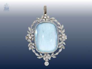 Pendant: fine old wrought gold with brilliant-cut diamonds and a large aquamarine of approx. 42ct