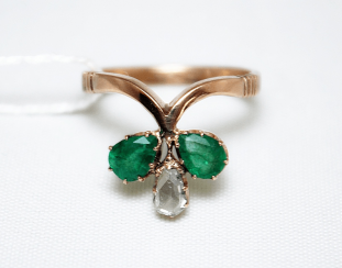 Ring with diamond and emeralds
