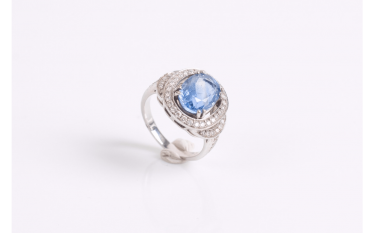Ring in white gold (750 thousandths) set with a sapphire