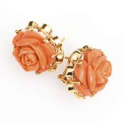 Pair of stud earrings with corals