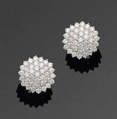 Pair of elegant diamond earrings