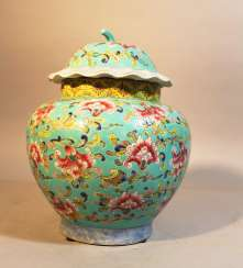 Chinese porcelain vase with lid, painted, Qing Dynastie