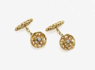 A FEW HISTORICAL CUFFLINKS ARE DECORATED WITH DIAMONDS . USA, historicism, around 1885