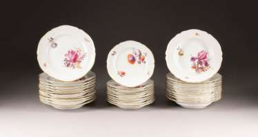 31-PIECE DINNER SERVICE WITH FLOWER PAINTING