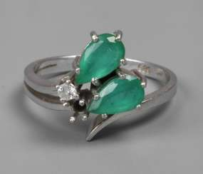 Ladies ring with emeralds and brilliant