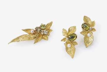 Brooch and Pair of clip earrings with Peridoten, aquamarine, brilliant-cut diamonds and cultured pearls. Ulm, EHINGER BLACK