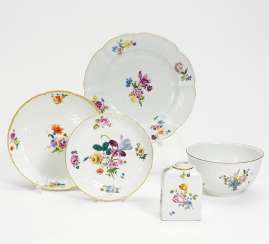 Kumme, tea caddy, small bowl and two plates flower decor