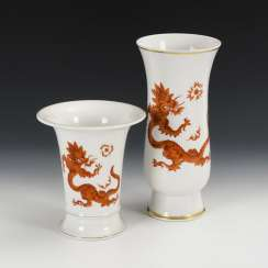 2 vases with dragon decoration