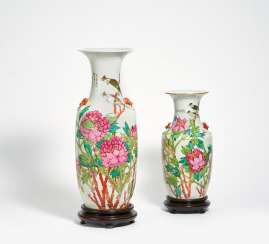 Two vases with Chinabülbüls in magnificent peonies