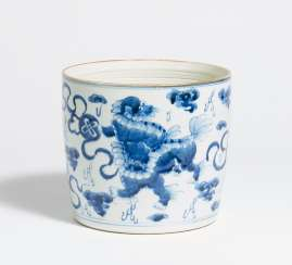 Brush cup with Shizi lions with brocade balls