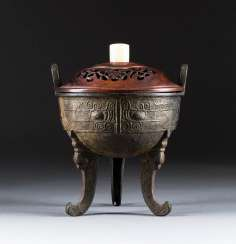 Archaic vessel IN the DING FORM