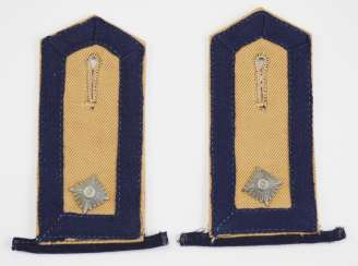 Navy: Pair of shoulder boards for a boatman - tropical version.