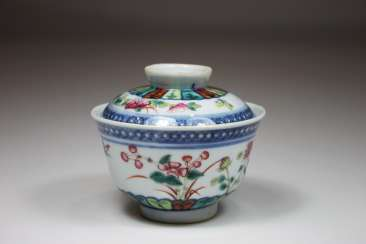 Small Kumme with cover, China, 19th century. Century polychrome equipped