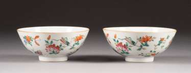 PAIR OF BOWLS WITH FLORAL DECOR
