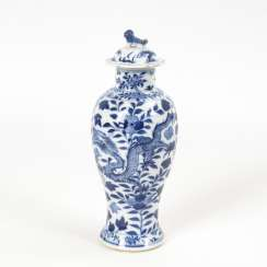 Cover vase with blue dragon decoration
