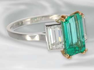 Ring: antique platinum ring with an extremely valuable emerald/diamond trim, signed Cartier, approx. 3,4 ct, with original box, probably 40s