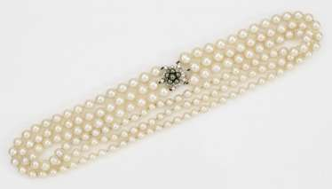 Elegant pearl necklace from the jeweler Blobelt
