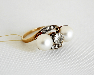 Ring with diamonds and pearls