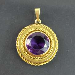 Pendant with a large Amethyst: yellow gold 585.