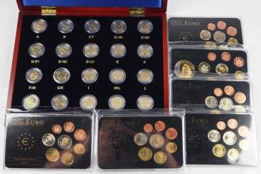Euro: Collection of 2 Euro pieces and small coin sets.