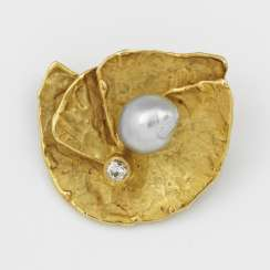 Vintage brooch from the 80s with Baroque pearl