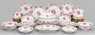 Extensive dinner service with decorative