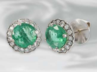 Earrings: decorative white gold vintage emerald earrings with diamonds, total approx. 3,68 ct, 18K white gold