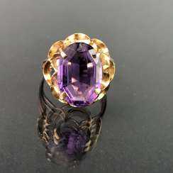 Ladies ring with a large Amethyst. Yellow gold 585. Very nice.