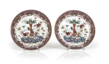 Pair of 'Famille rose'dish made of porcelain with flowers and antique decor