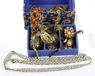 Items fashion jewelry in box