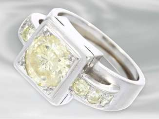 Ring: solid platinum ring with brilliant trim, probably Dating from the Art Deco, yellow Fancy diamond of approximately 1.5 ct