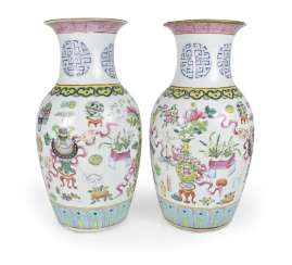 Pair of 'Famille rose'-vase with antique decor