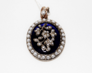 Pendant with pearls and enamel