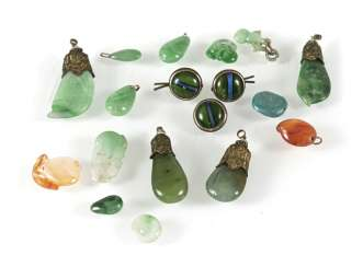 Mixed lot of 18 pendants and buttons or cufflinks made of Jade, jadeite, agate o. stone
