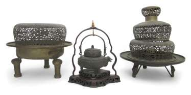 Two large incense burners made of Bronze, and a Gießgefäß on wood stand