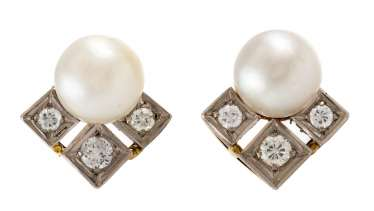 PAIR OF PEARL STUD EARRINGS WITH DIAMOND TRIM