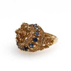 Ring with sapphires.