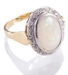 Ladies ring with Opal,