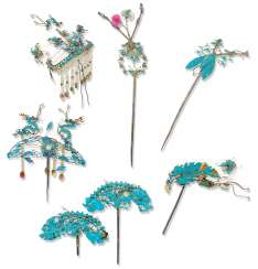 A COLLECTION OF KINGFISHER FEATHER AND GILT-METAL HAIR ORNAM...