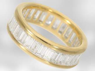 Ring: luxurious eternity ring with very high quality diamonds, for a total of. 4,34 ct, 18K yellow gold