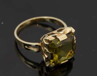Ladies ring, 585 Gold, with clear, olive-green stone, 20. Century