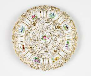 Magnificent plate with floral motifs