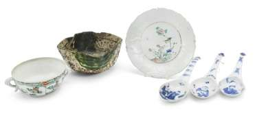 Group of six porcelain pieces, three spoons, two bowls, a plate of
