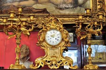 Mantel clock and pair of candelabra in the Baroque style, XIX century