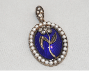 Pendant with diamonds with pearls and enamel