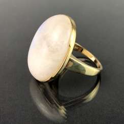 Ladies ring with a large regular moon stone. Yellow gold 375. Very nice.