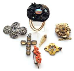 MIXED LOT OF JEWELRY: BROOCHES, CROSS