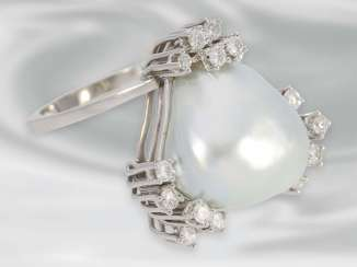 Ring: white Golden diamond ring with a large cultured pearl of rare, unusual shape, brilliant-cut diamonds approx 0,64 ct, 18K Gold, hand work