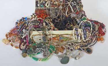 Mixed lot of fashion jewelry-necklaces (around 150 PCs) 2. Half of the 20. Century